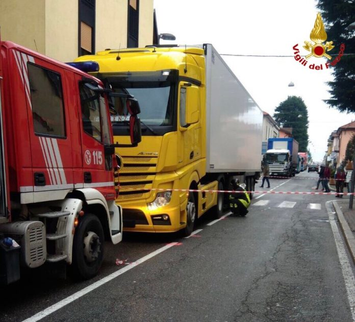 camion investe coppia