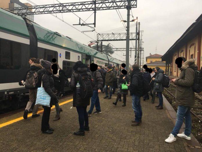 Pendolari in attesa alla stazione di Legnano